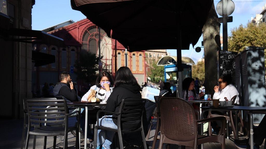 clients en una terrassa de bar davant el mercat de Sant Antoni