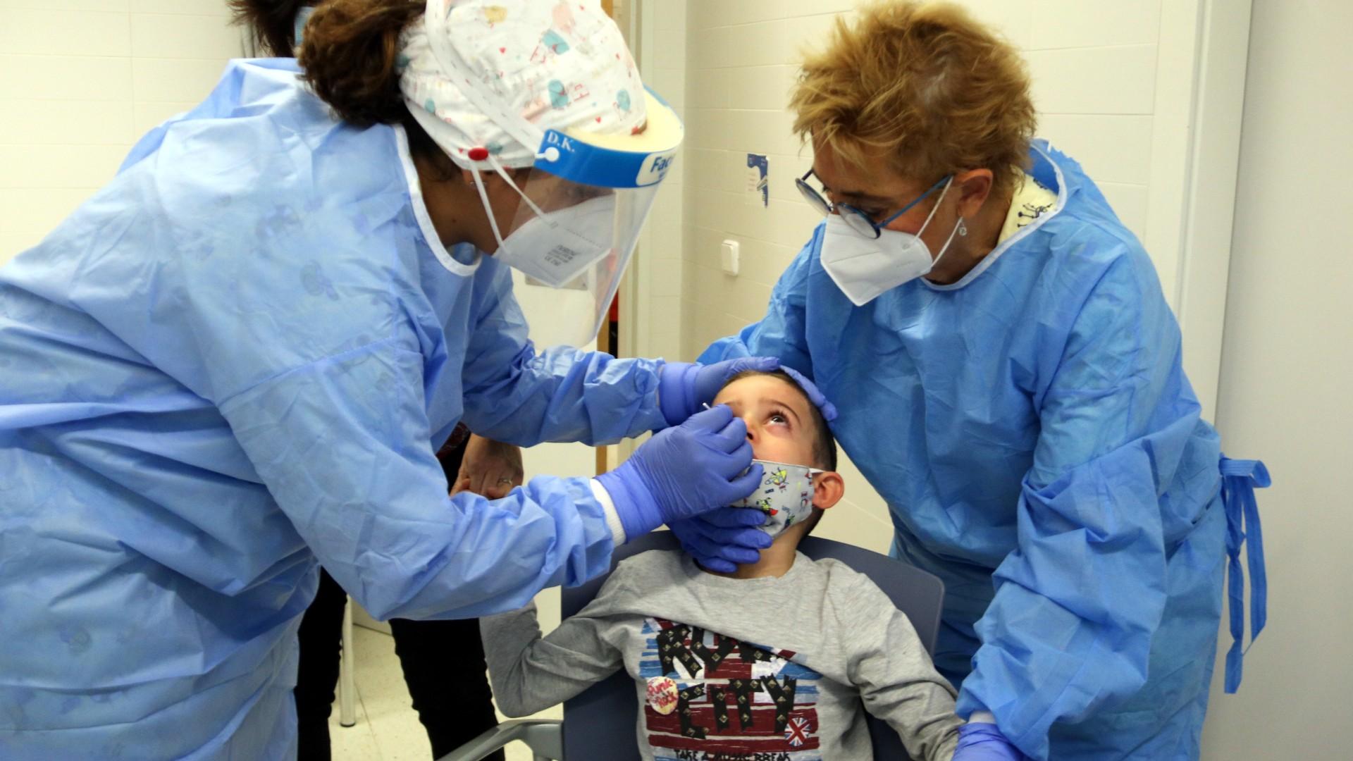 test d'antígen a un nen pel coronavirus