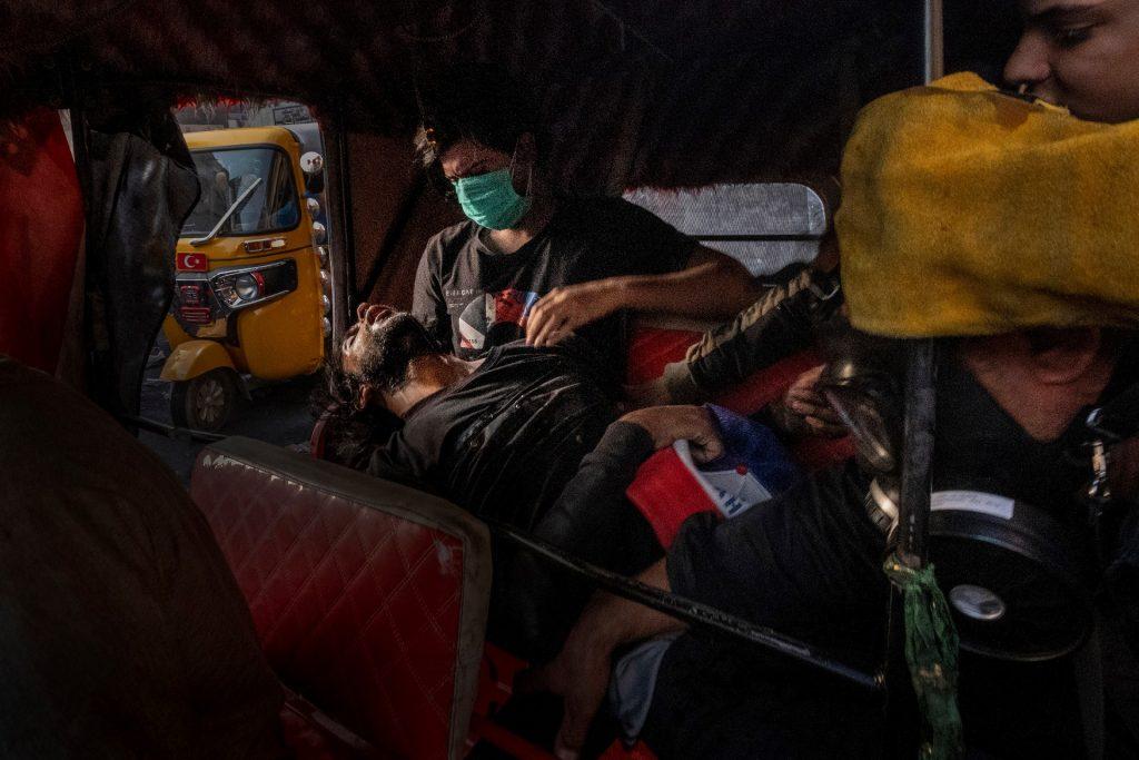 'Unconscious protester during the Tishreen Revolution', Bagdad 2019 - 3r premi noticies generals World Press Photo - Autor Ricardo Garcia Vilanova