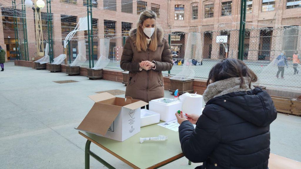 professors fent cribratge PCR a pati escola