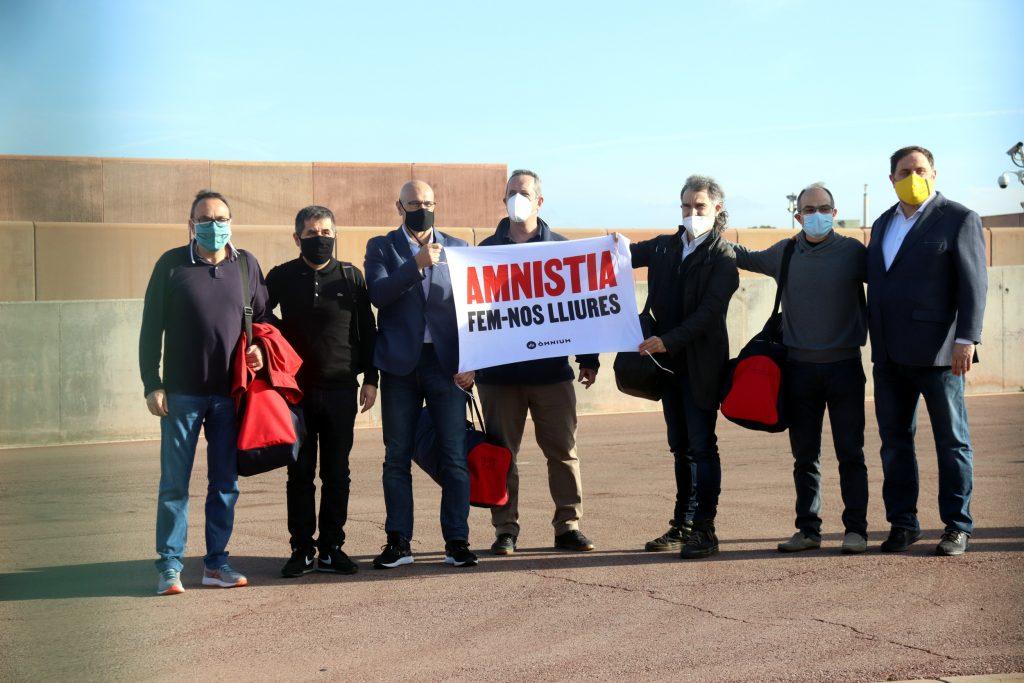 Els set presos de Lledoners despleguen una pancarta a favor de l'amnistia el 29 de gener de 2021
