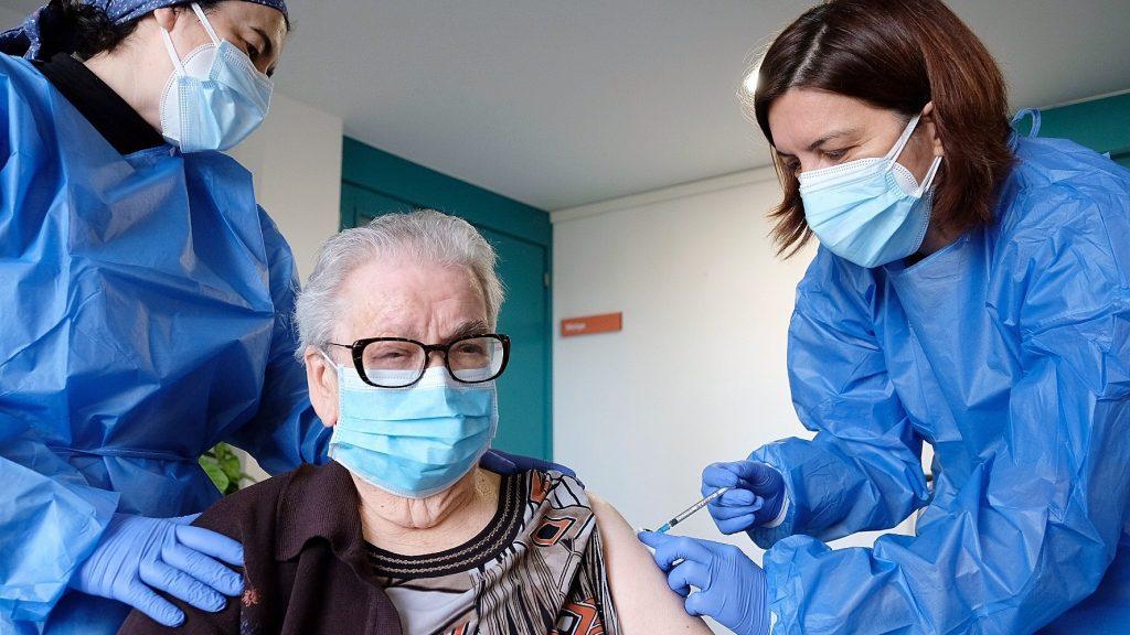 Josefa Pérez rep la segona dosi de la vacuna de Pzifer