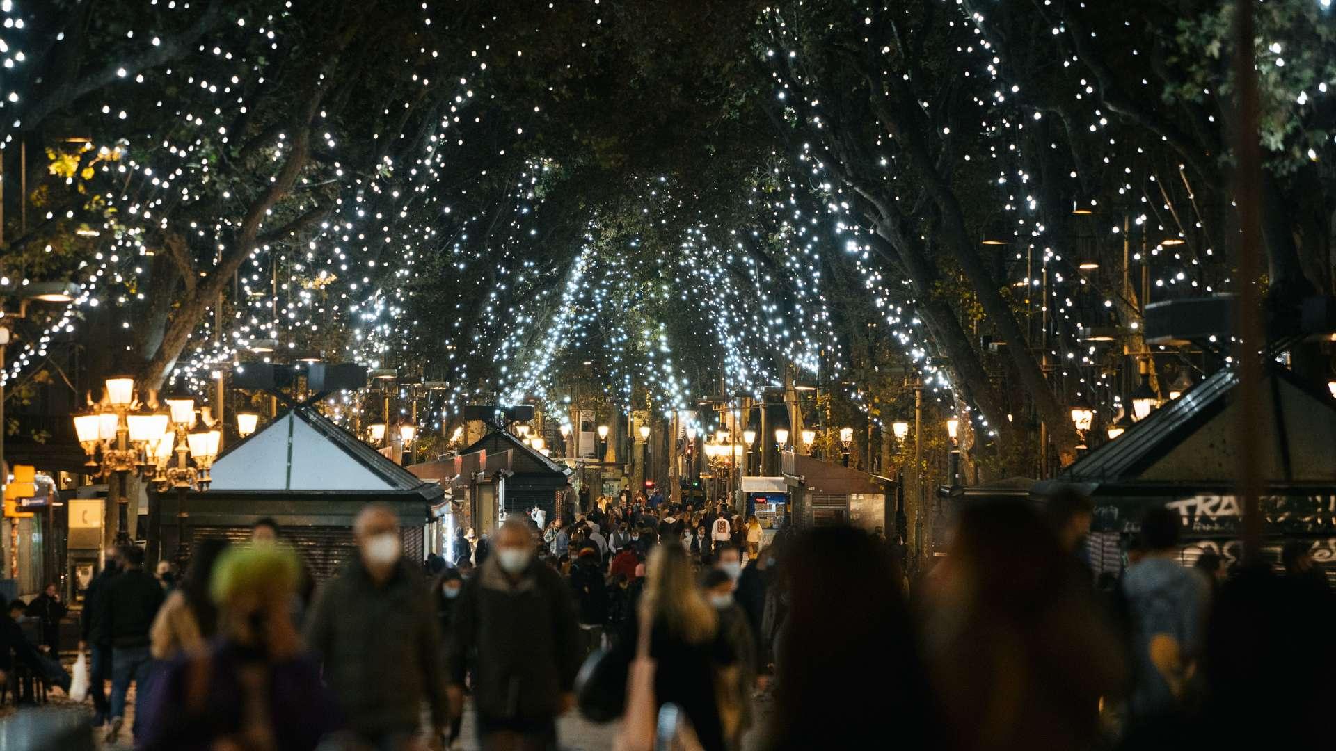 Gent passejant amb mascareta per la Rambla durant el Nadal