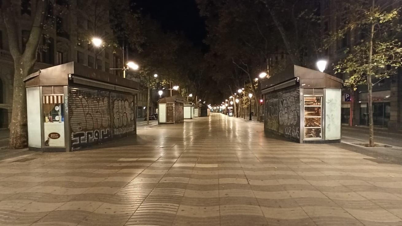 La Rambla buida, a la nit