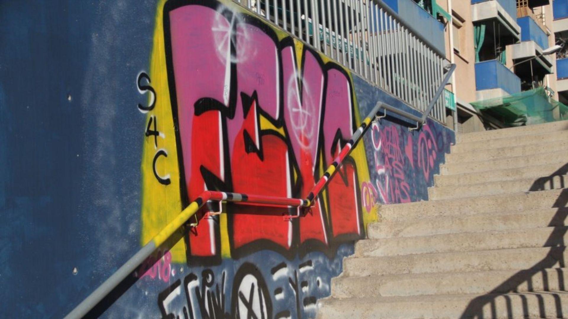 Pintada en un mur d'una escala pública al carrer