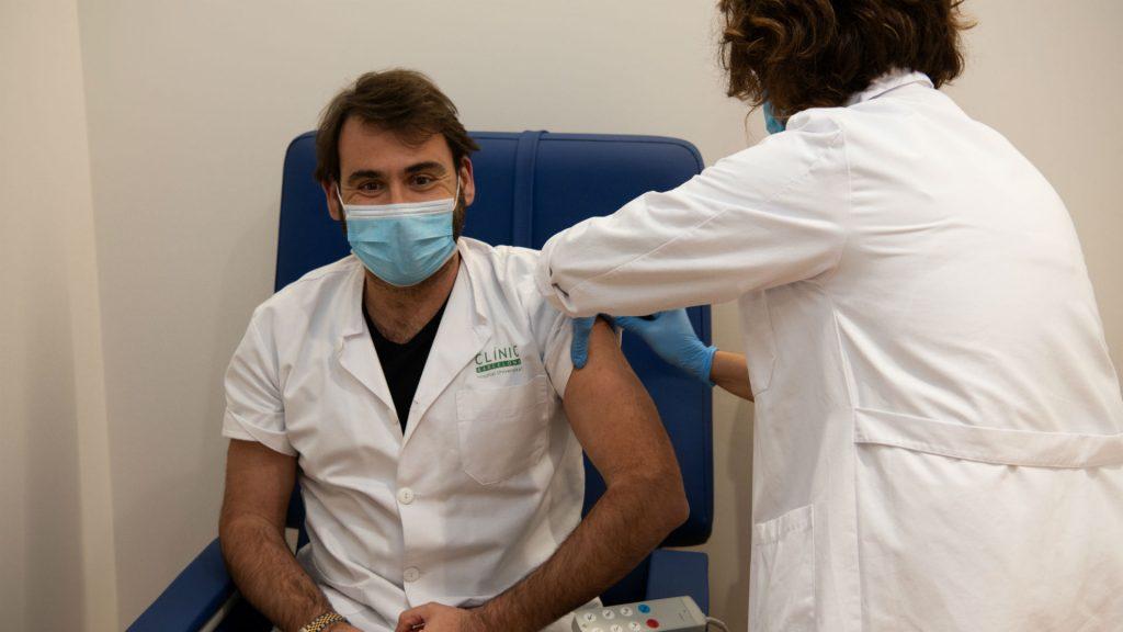 Vacunació contra la covid-19 a professionals de l'Hospital Clínic. Foto: Oriol Martí