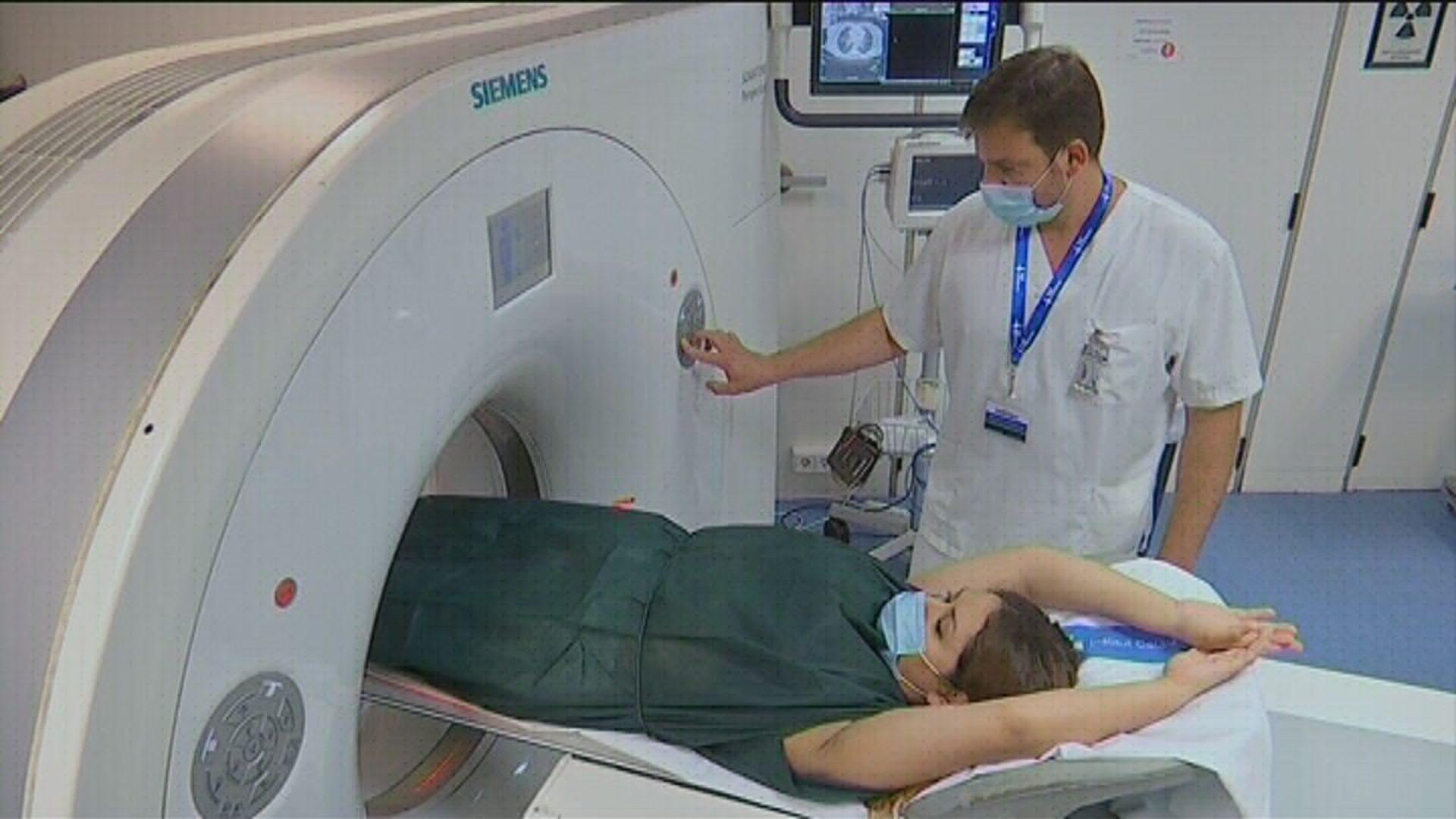 pacient ressonància hospital amb metge