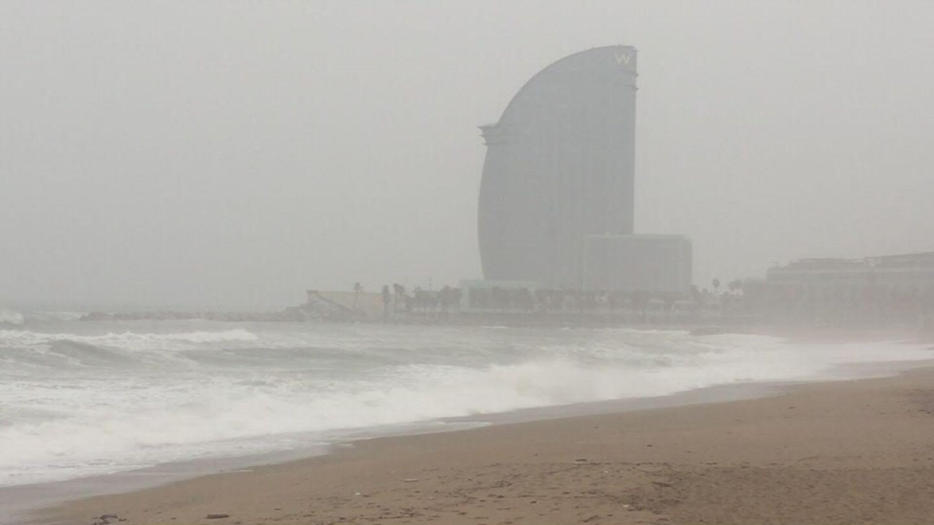 onades i mala mar platja amb hotel W de fons