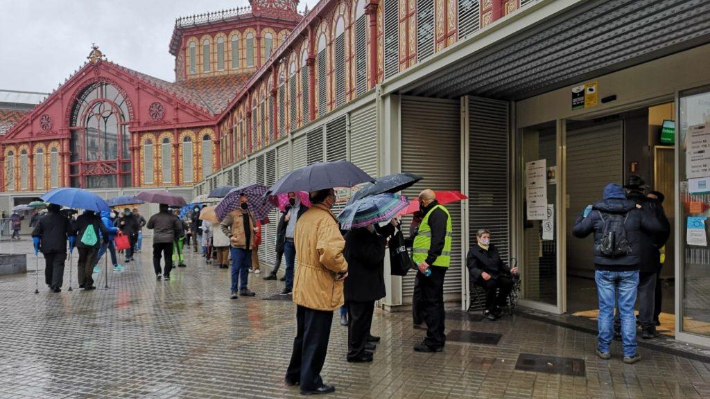 gent fent cua per votar mercat sant antoni accessos