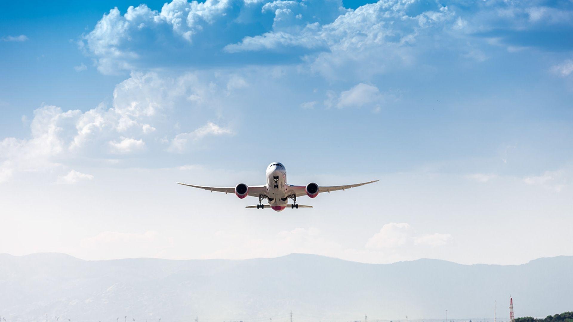 avió volant cel a punt d'aterrar