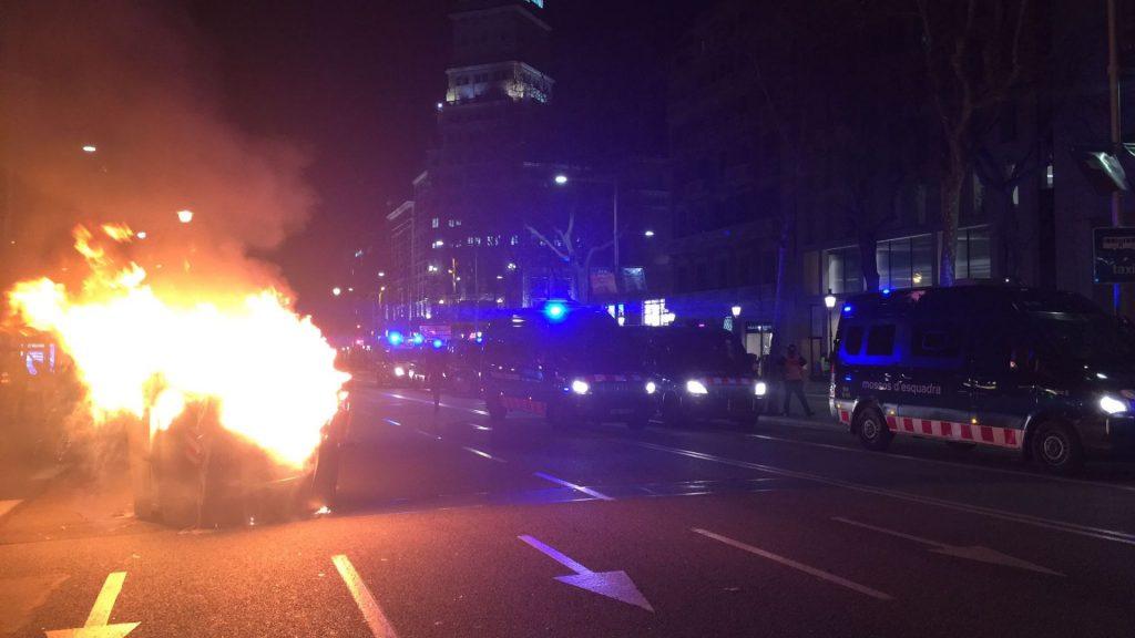 Barricada encesa després dels disturbis en la protesta per Hasél
