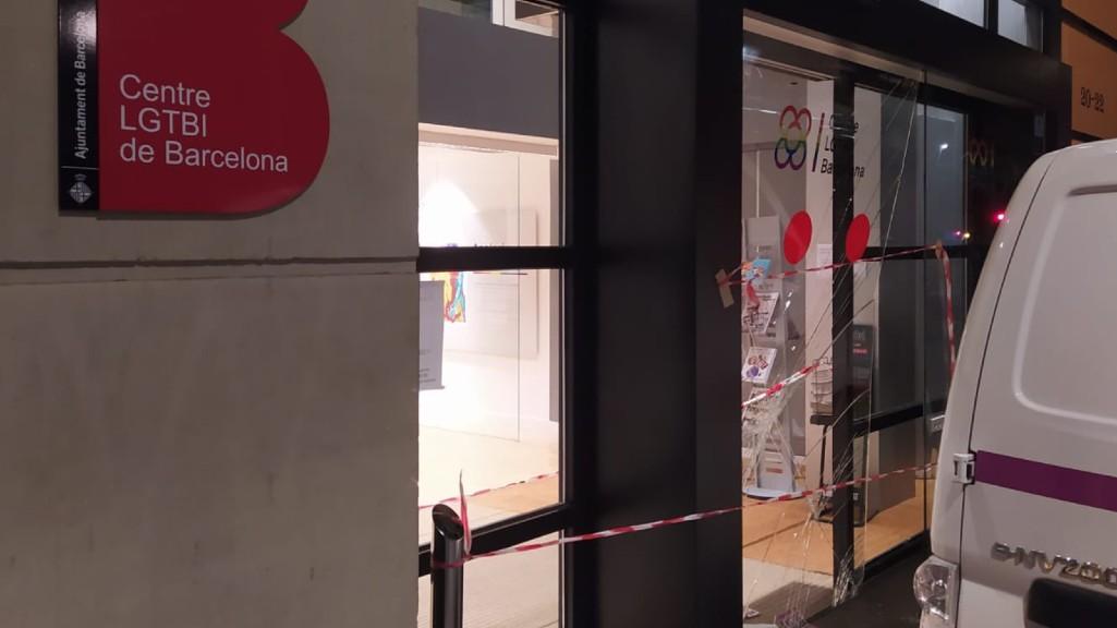Imatge dels vidres trencats al robatori del Centre LGTBI