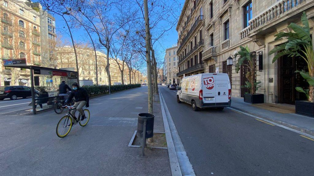 passeig lateral gran via llúria amb parada de bus i ciclista