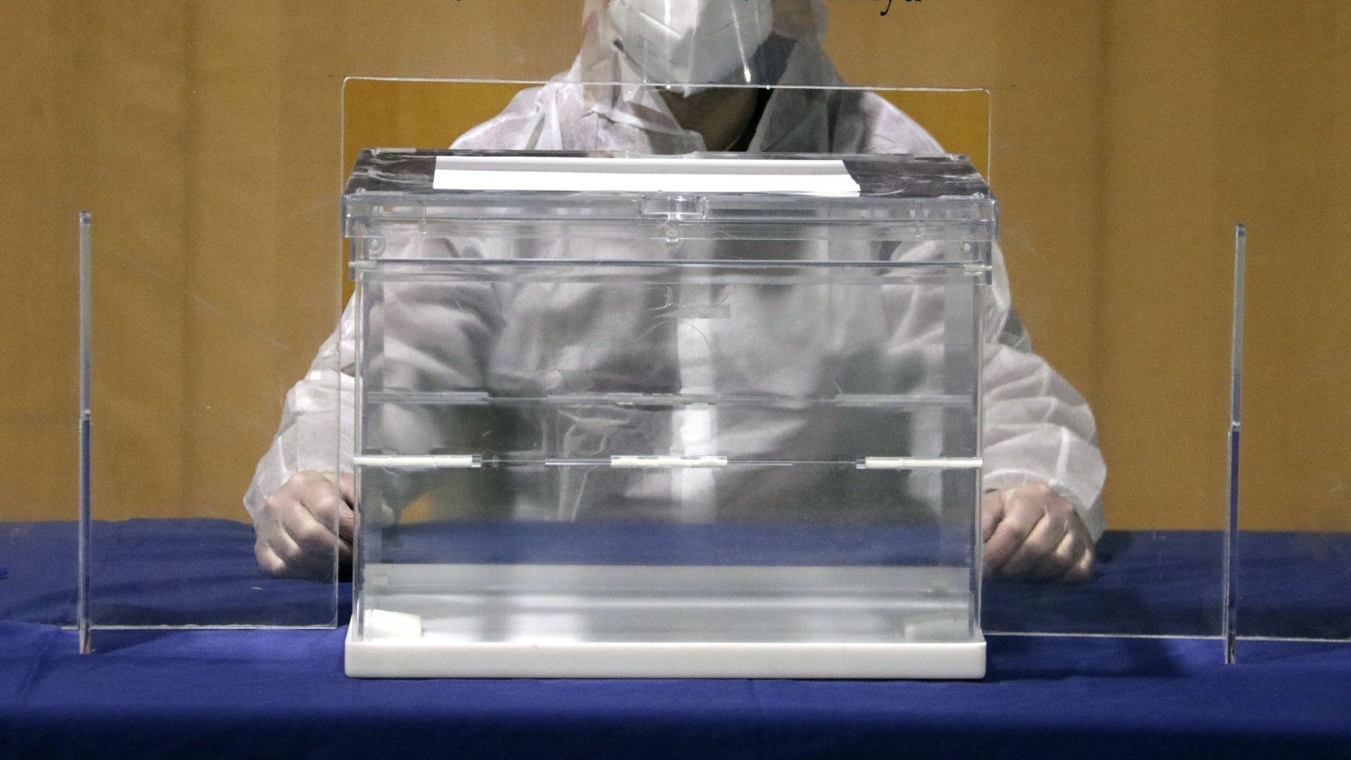 persona amb epi rere urna electoral simulacre 14-F
