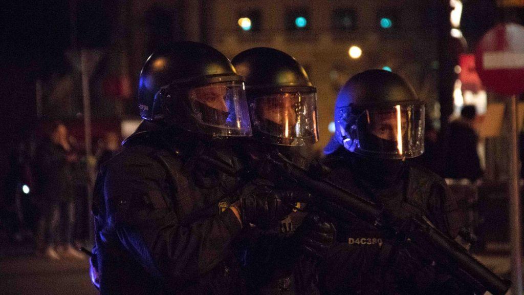 Mossos d'esquadra antidisturbis amb fusells projectils foam
