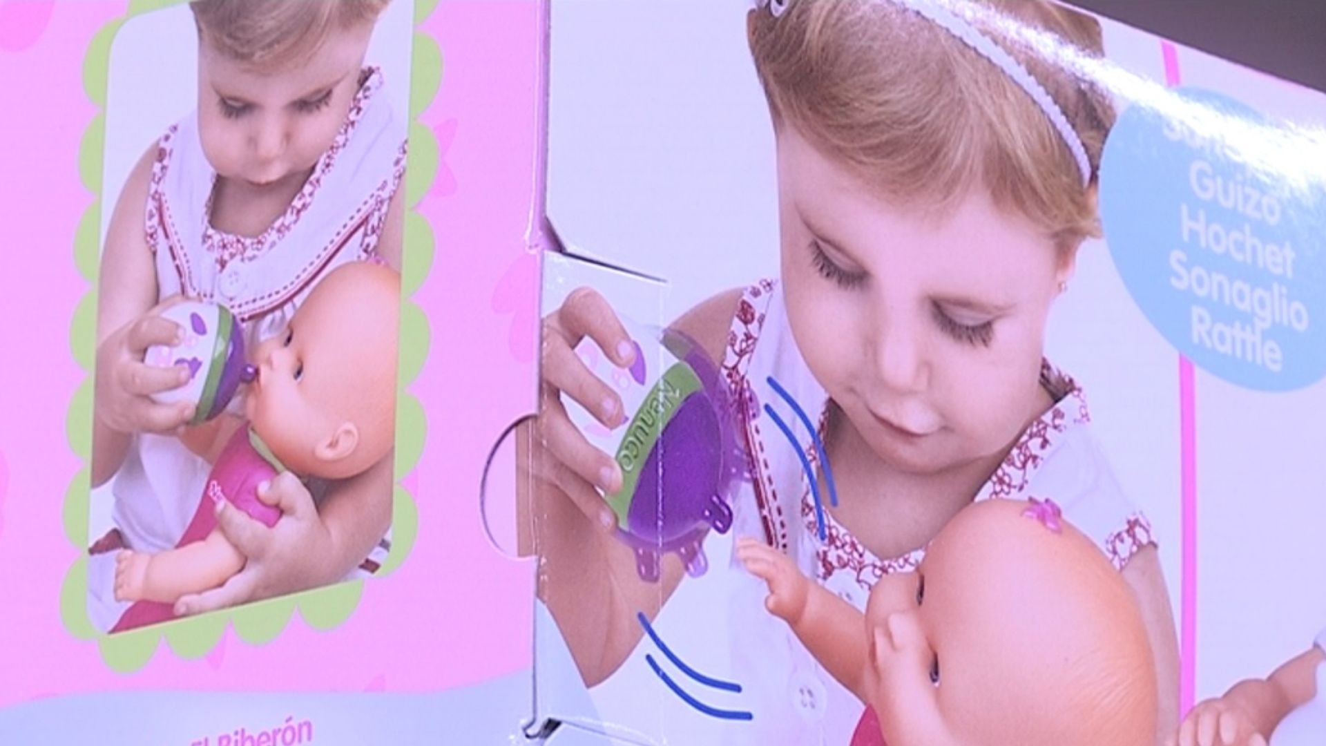 caixa de nina amb nena jugant joguines sexistes