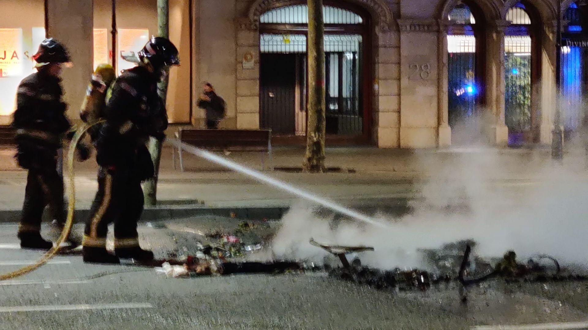 Paviment malmès després dels disturbis en la protesta per Hasél