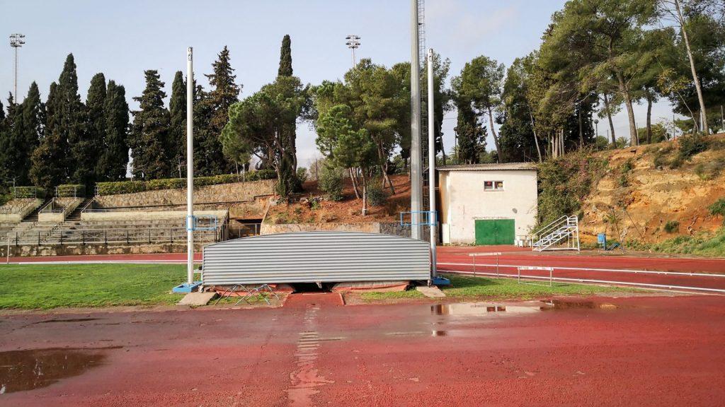 la part del salt de perxa, un dels espais més castigats de la pista d'atletisme de la UB