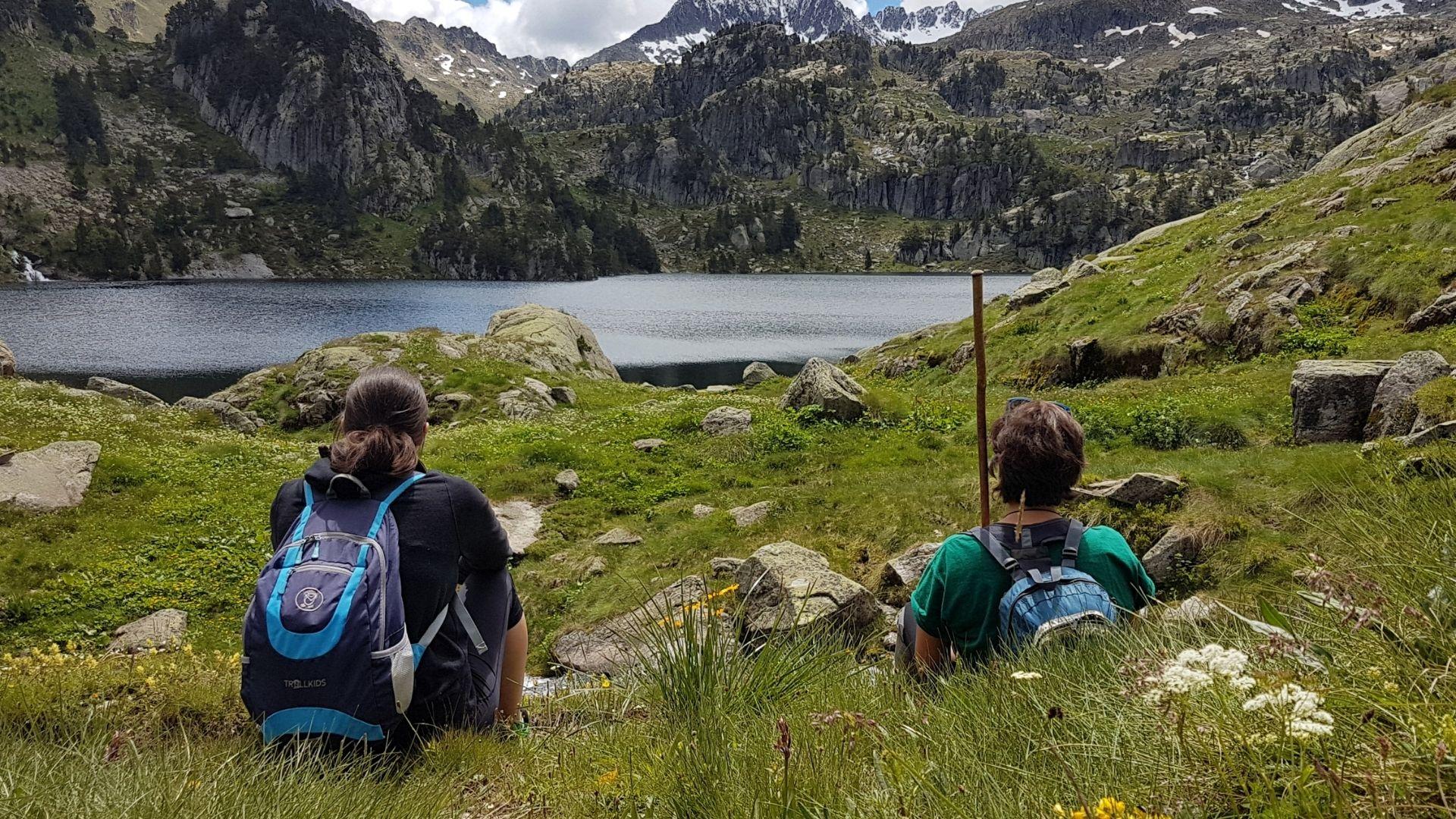 dos excursionistes al llac de Colomers