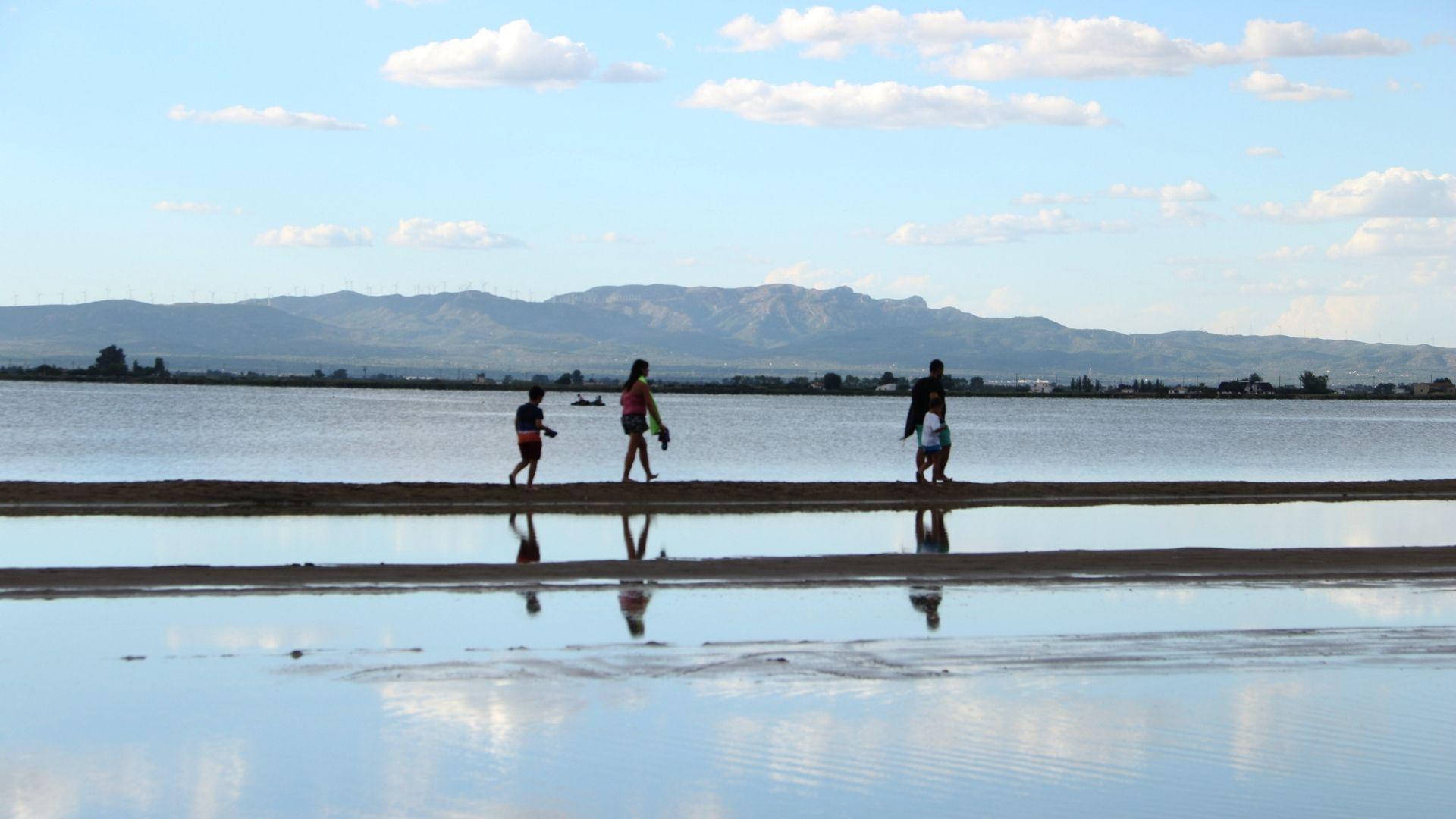 persones caminant per la platja barra del trabucador confinament comarcal