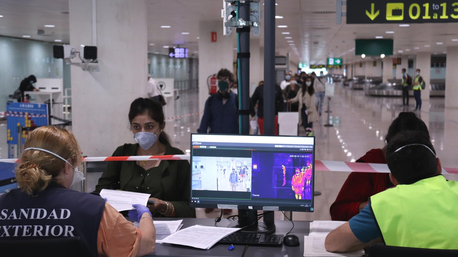 Pla obert de la cua de passatgers esperant a la zona control de temperatura dels viatgers internacionals que arriben a l'aeroport del Prat