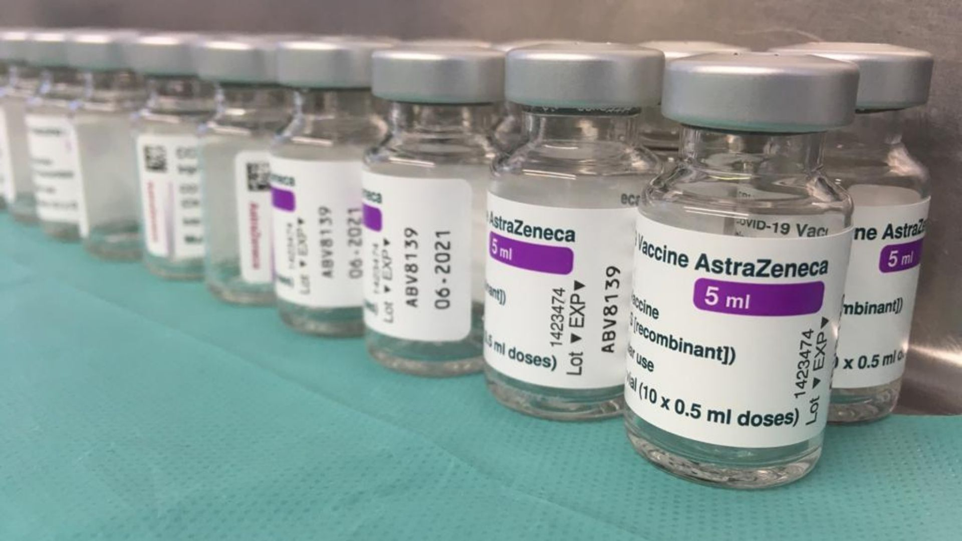 Vacuna d'AstraZeneca al CAP Casernes de Barcelona. Primer dia de la represa de la vacunació. Foto: Oriol Castillo