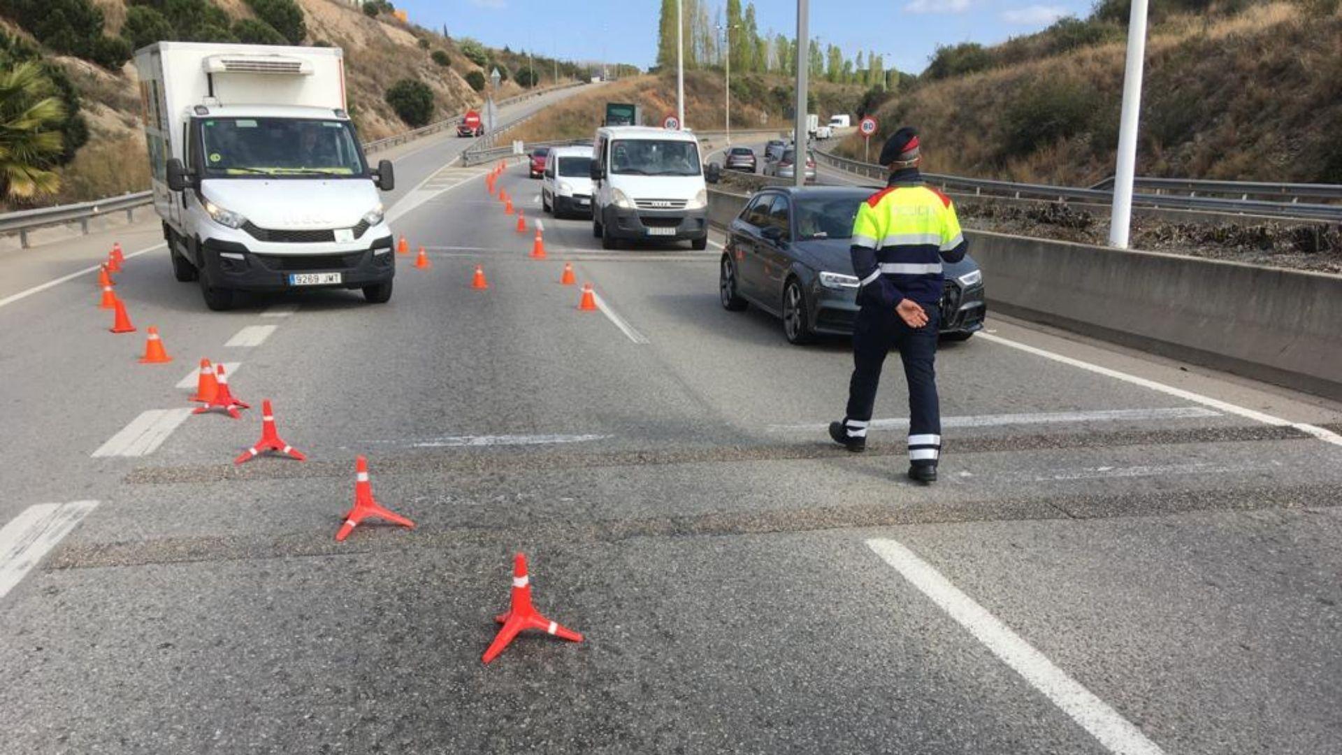 agent mosso assenyalant control confinament comarcal
