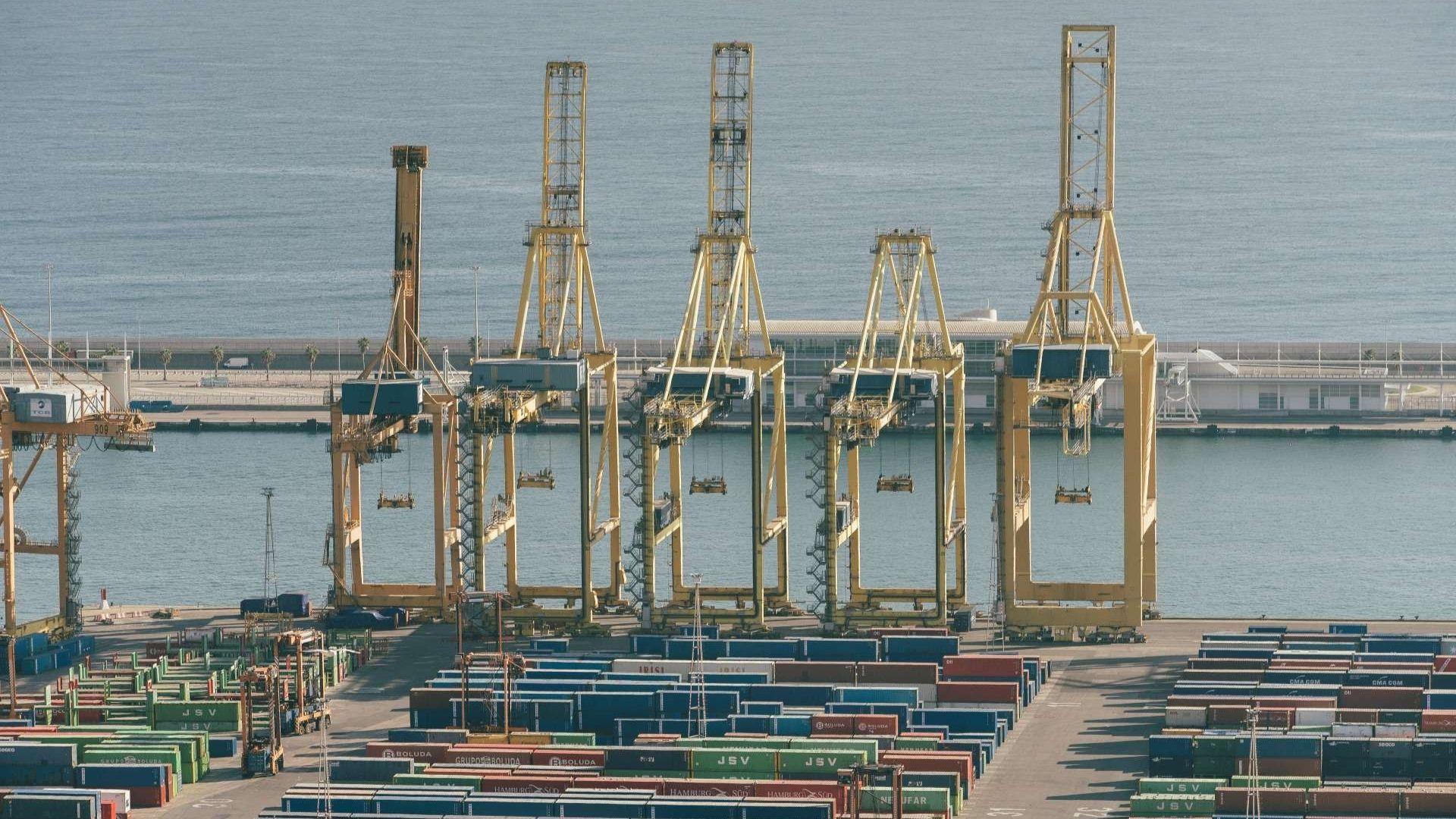 contenidors i grues al port de barcelona