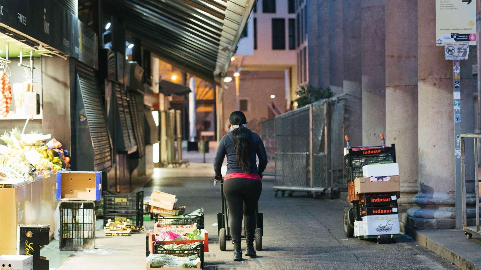 noia portant carreto caixes fruita mercat