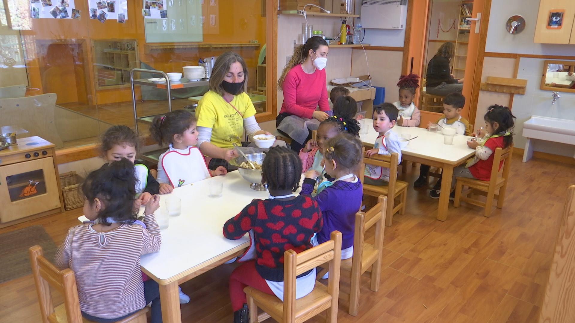 Nens 2 anys dinant a una Escola Bressol Municipal