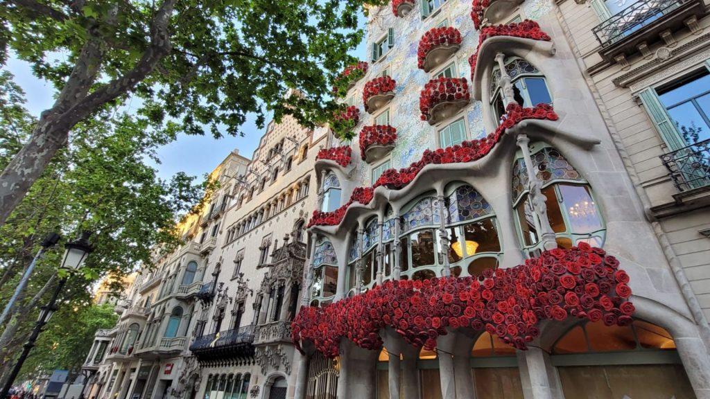 Casa Batllo guarnida roses Sant Jordi