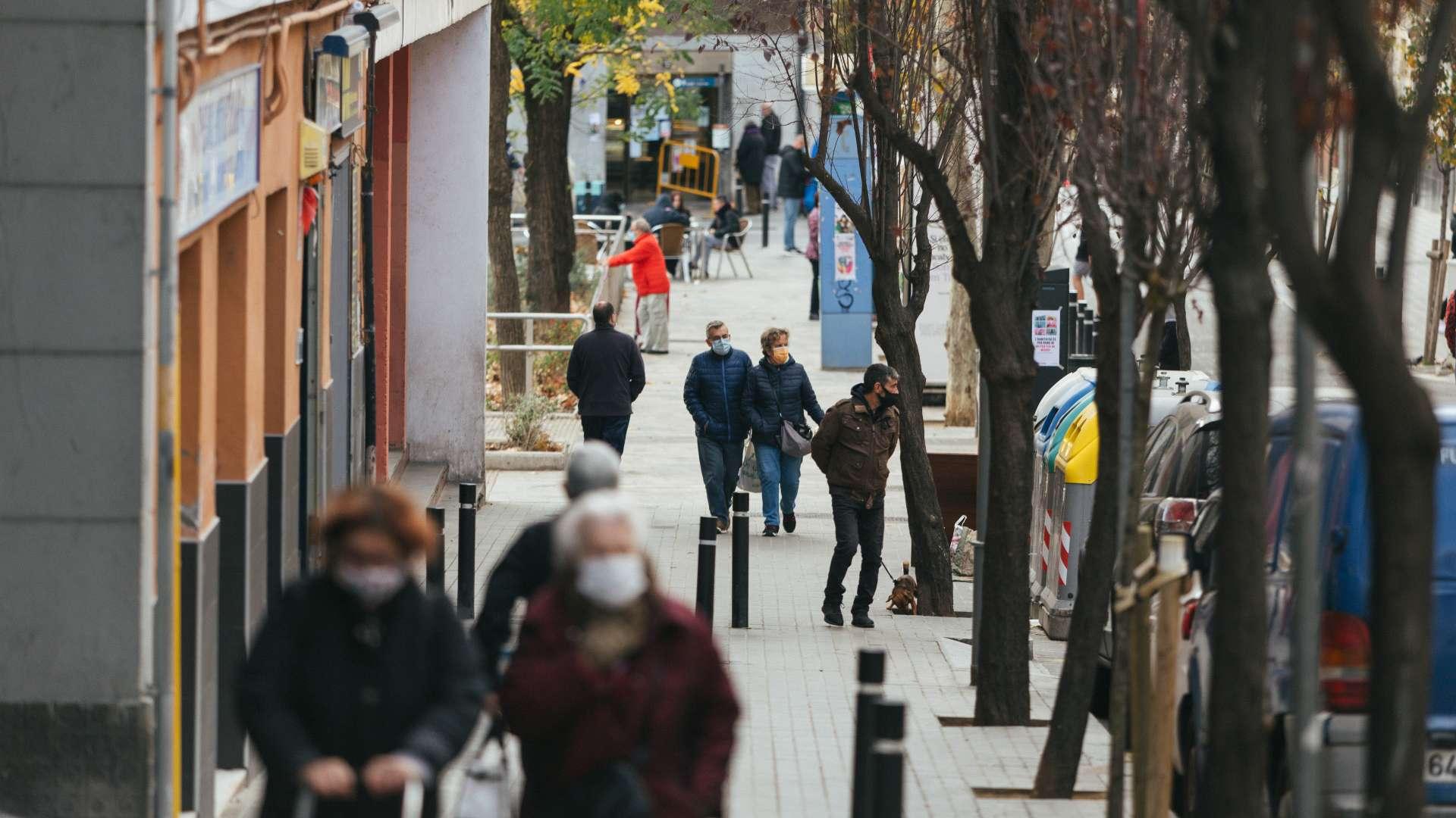 gent al carrer amb mascareta