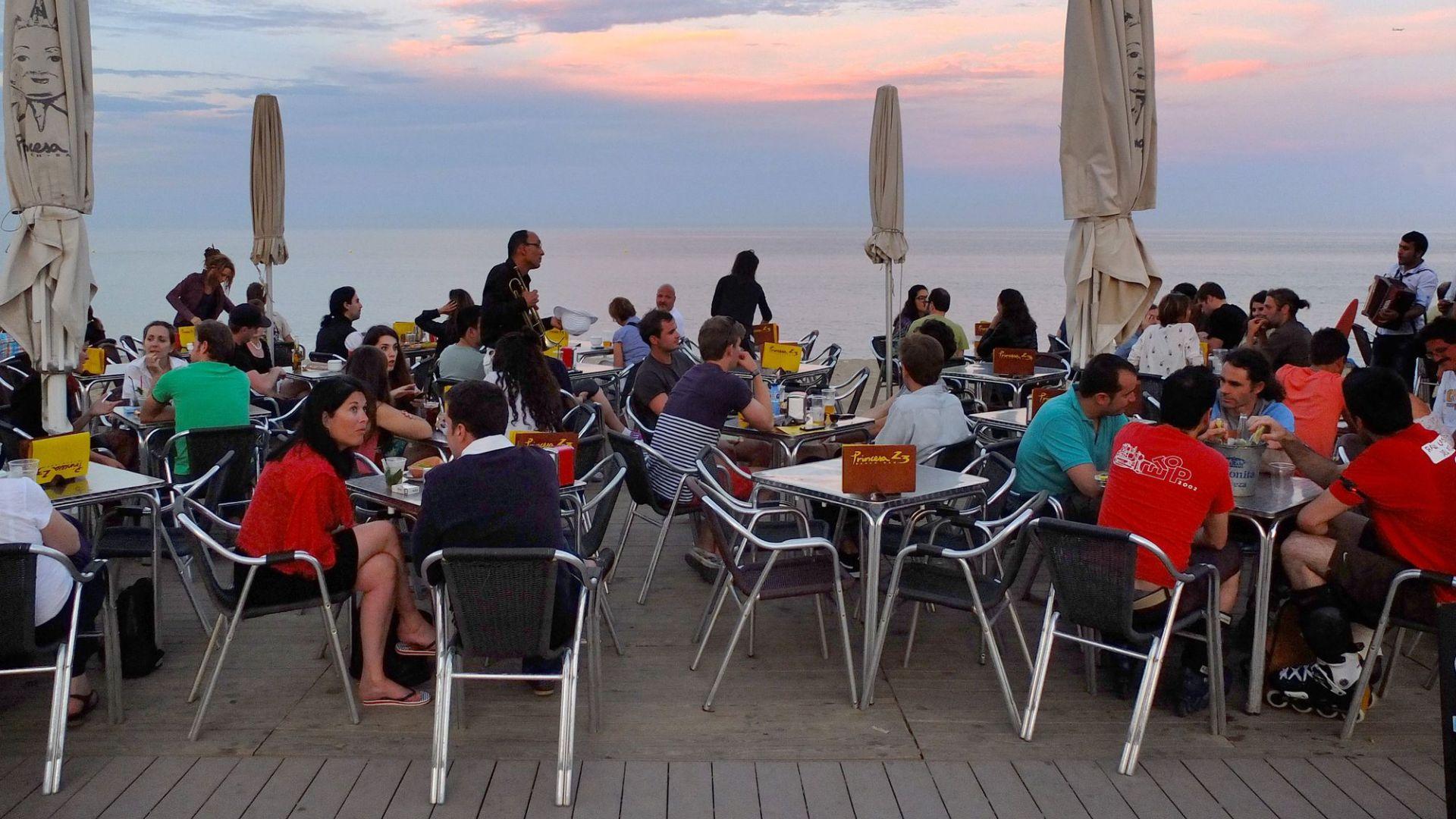 gent a la terrassa d'un bar de platja