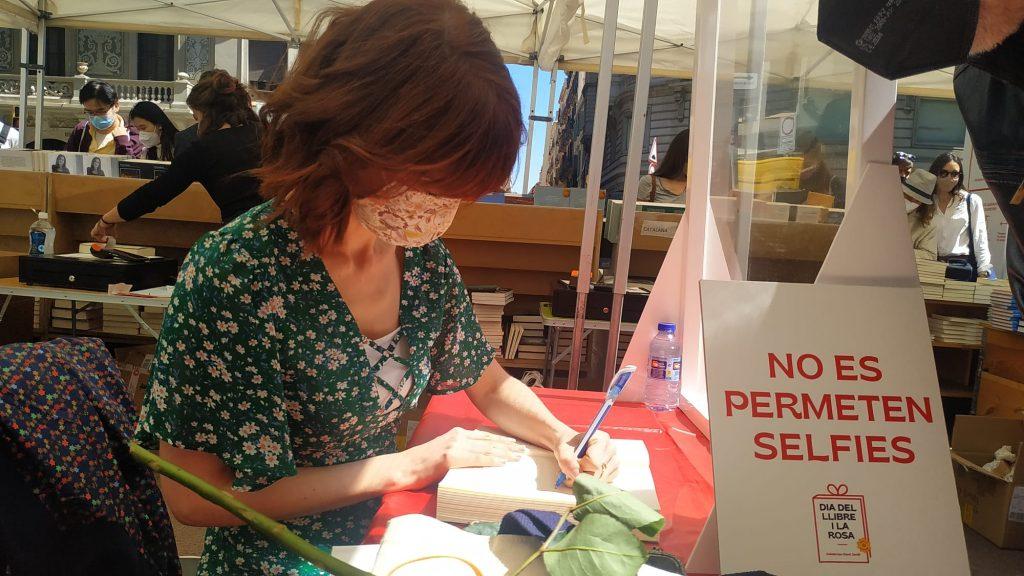 Irene Vallejo pregonera Sant Jordi signant llibres