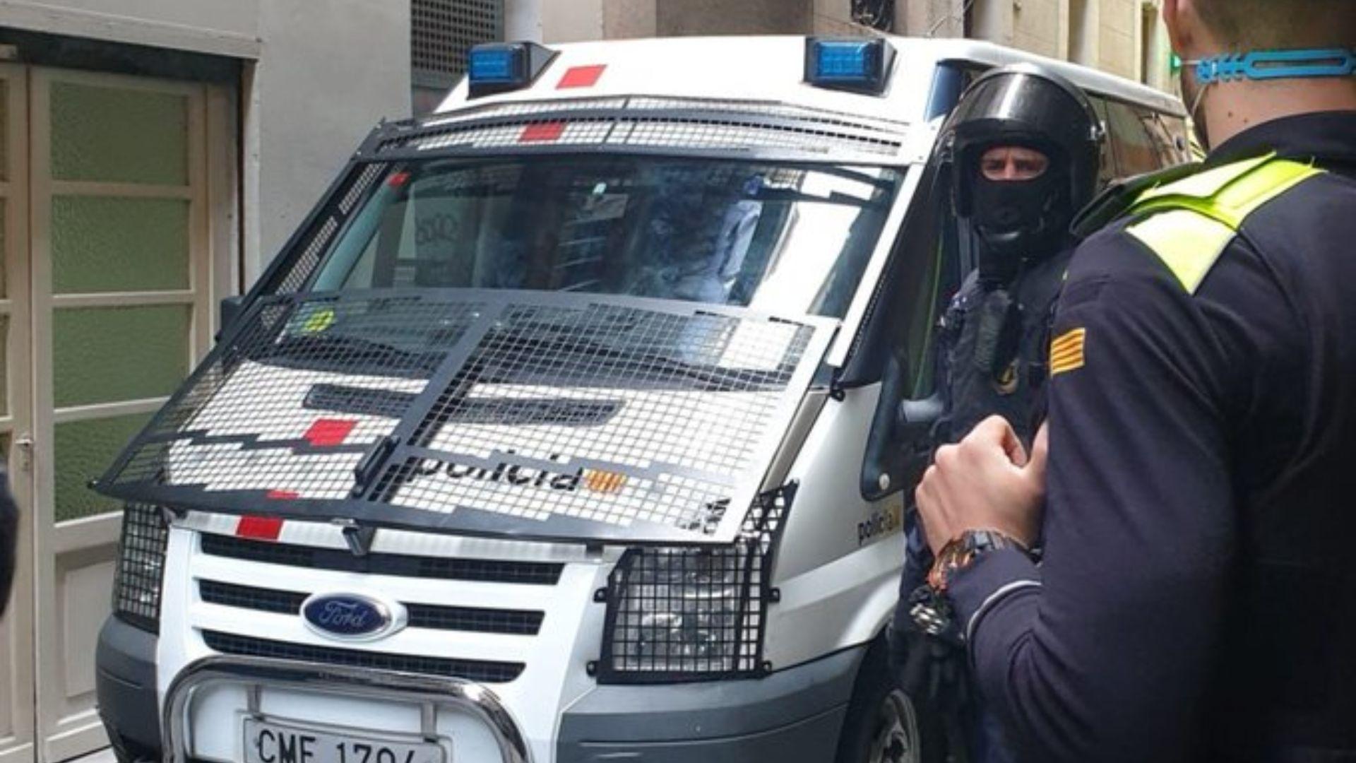 Mossos en una operació policial al Raval