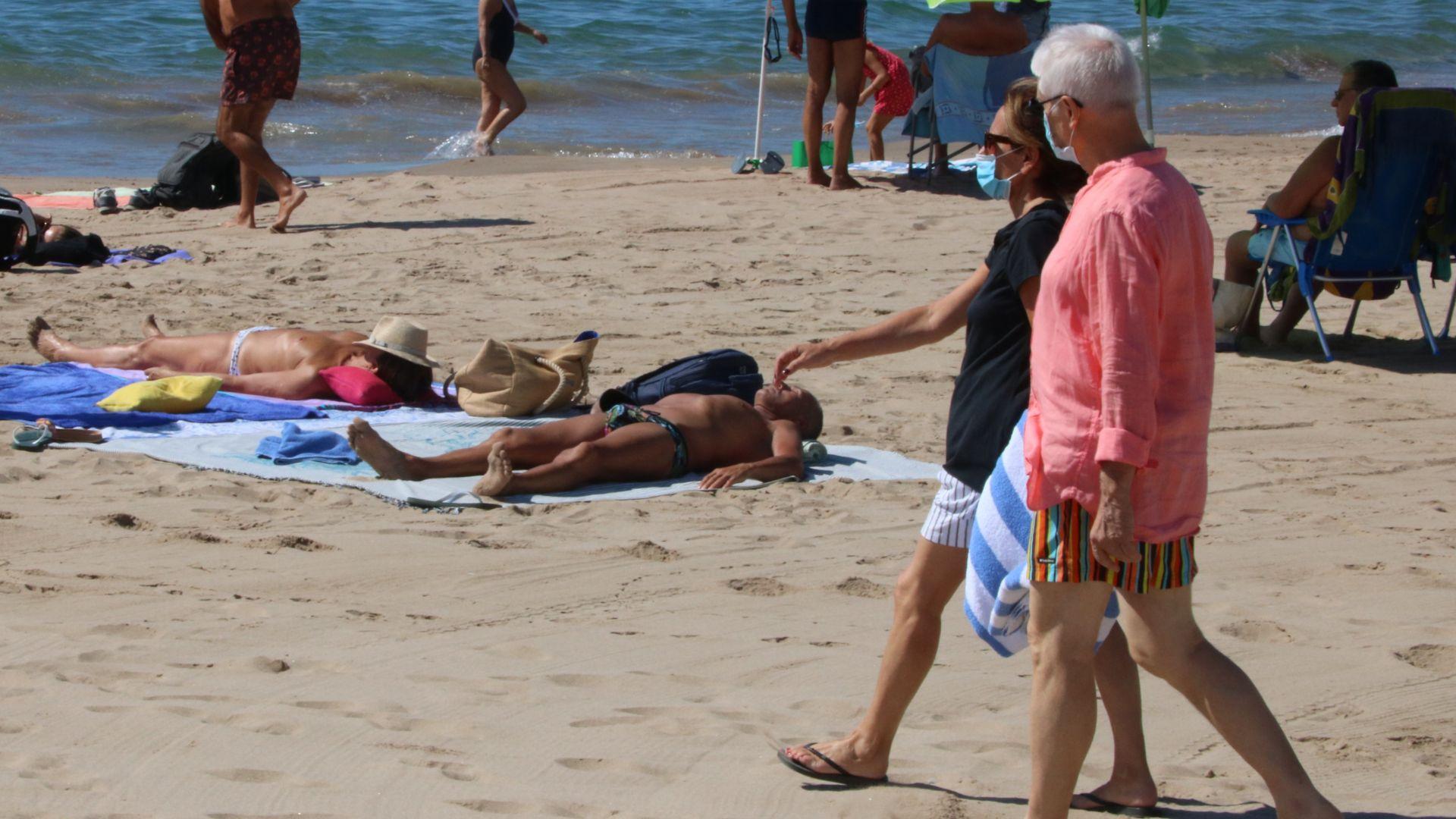 parella amb mascareta a la platja