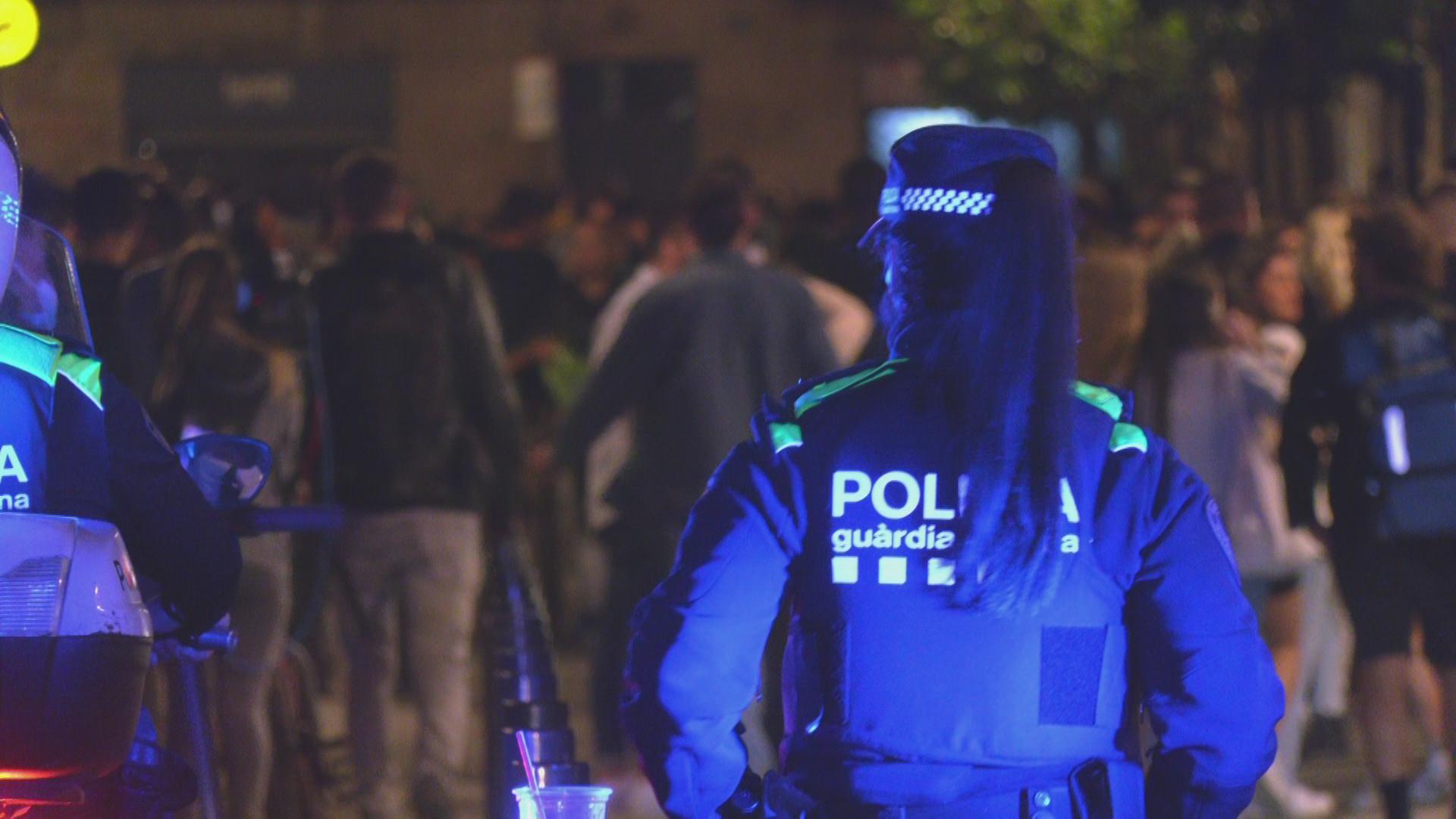 Guàrdia Urbana al passeig del Born davant d'una festa multitudinària