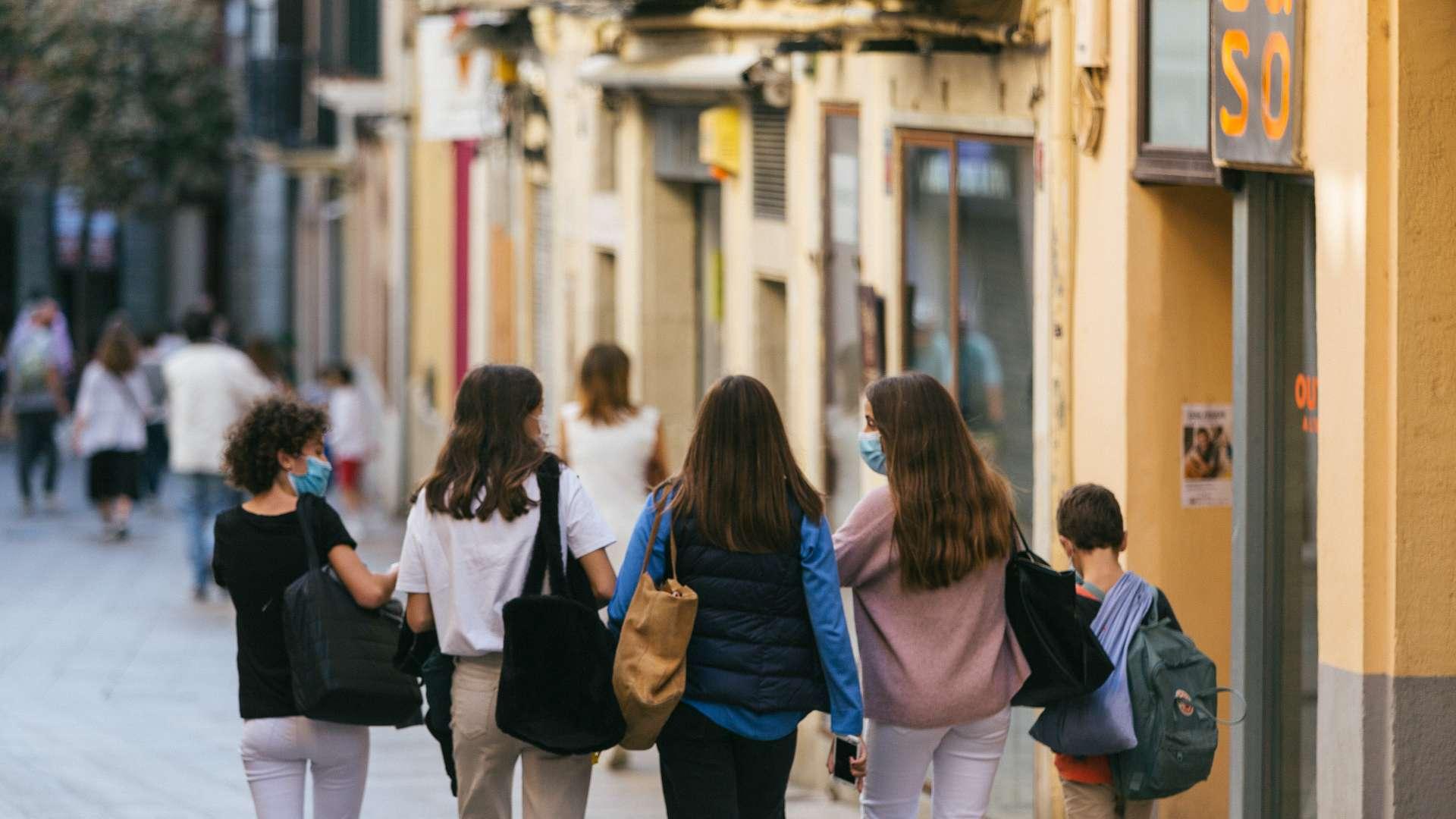 Un grup de noies passeja per Sarrià