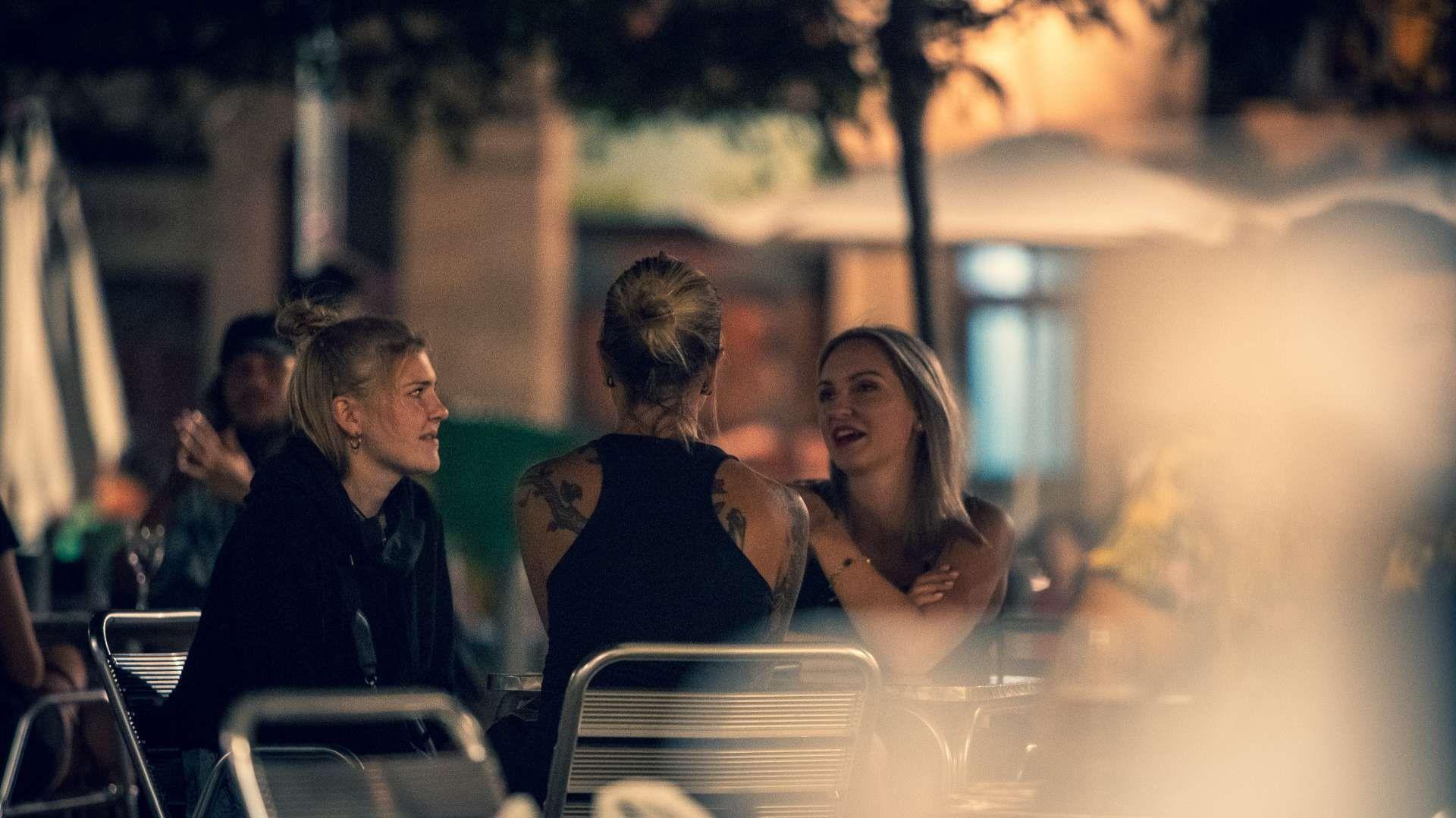 noies en una terrassa bar