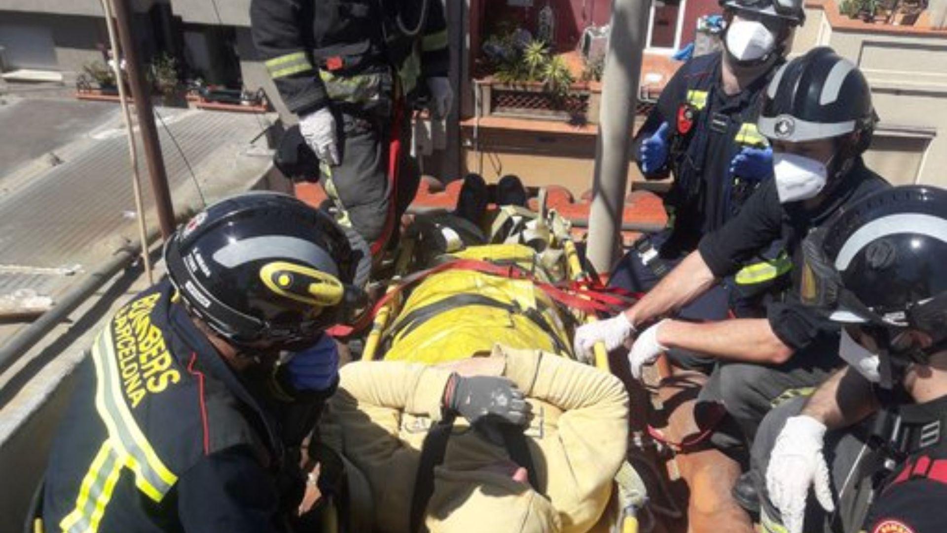 Imatge del rescat d'un treballador ferit mentre treballava en una teulada