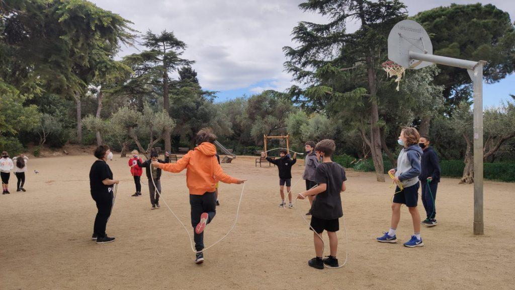 nens escola Turó del Cargol fan classe al Parc Güell