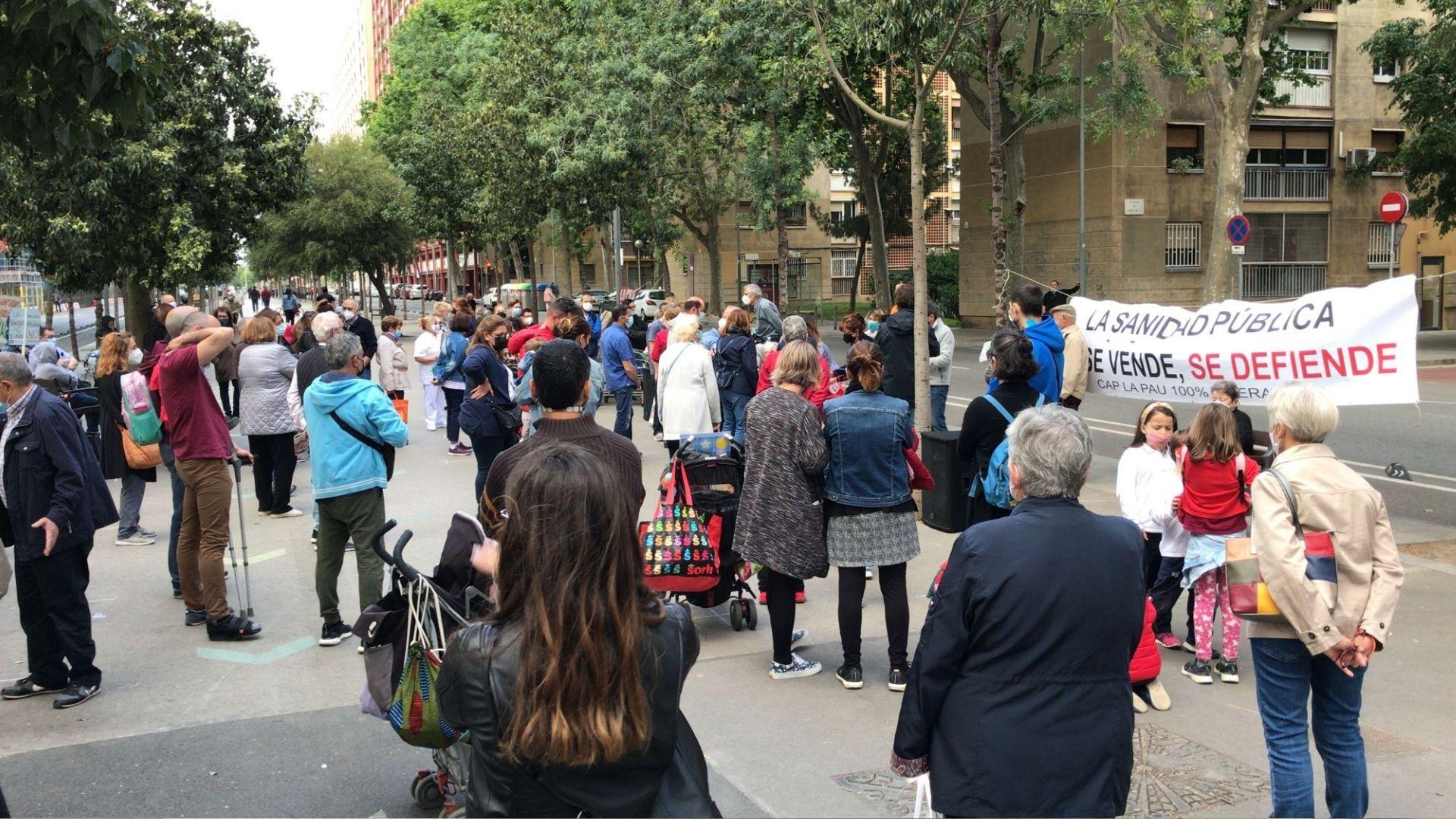 Protesta veïnal per reclamar el retorn del servei de pediatria al CAP la Pau