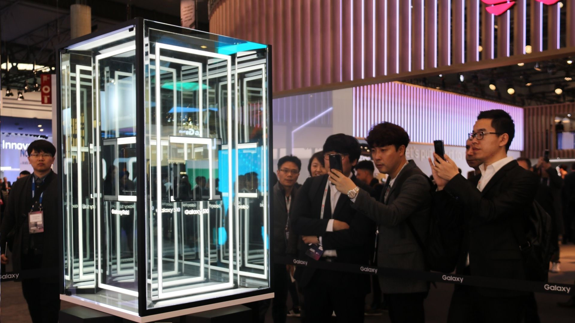 Diverses persones fan fotografies al nou mòbil de Samsung, al Mobile World Congress