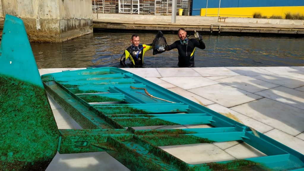 Tanca d'obres treta del mar