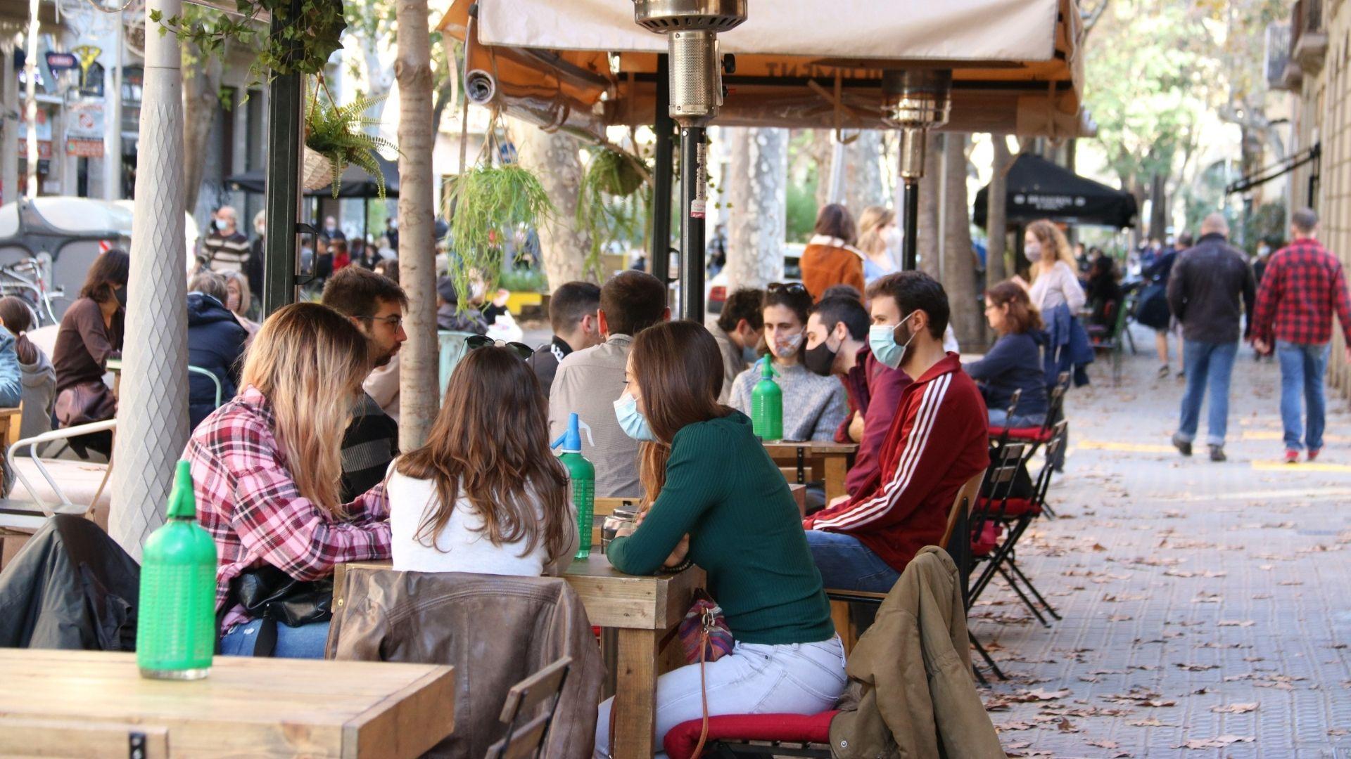 Persones en una terrassa de Barcelona