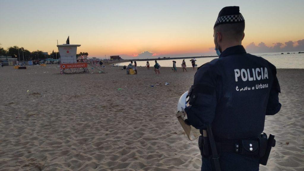 agent guardia urbana fa buidar gent despres revetlla platja nova icaria