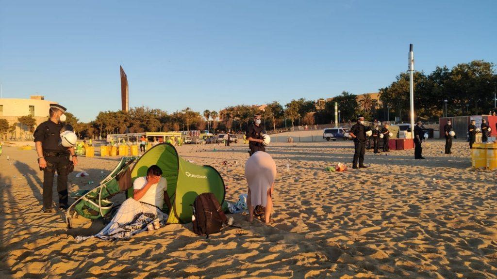 urbana fa fora persones acampades platja nova icaria revetlla
