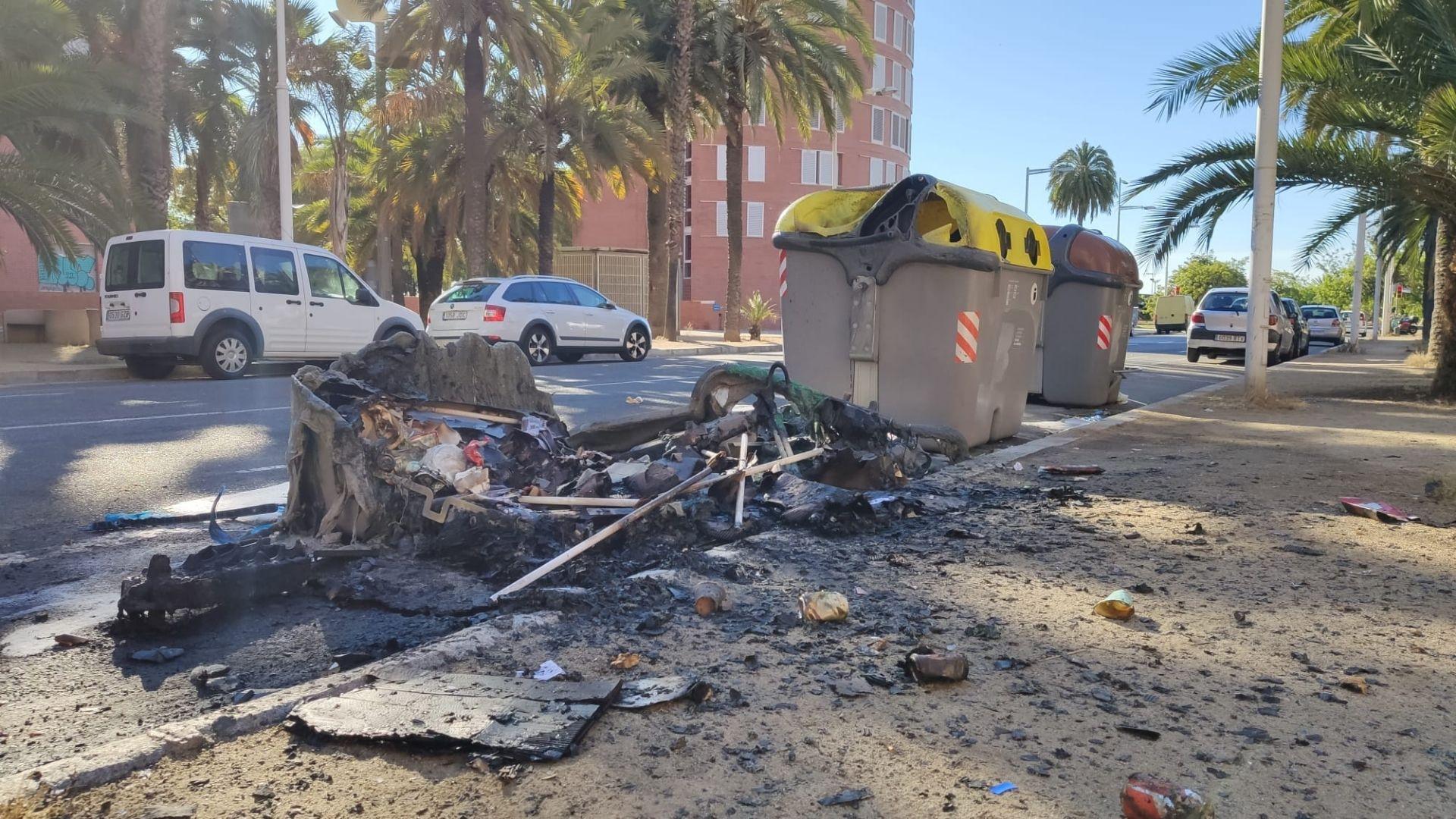 contenidors cremats a la placa tirant lo blanc vila olimpica