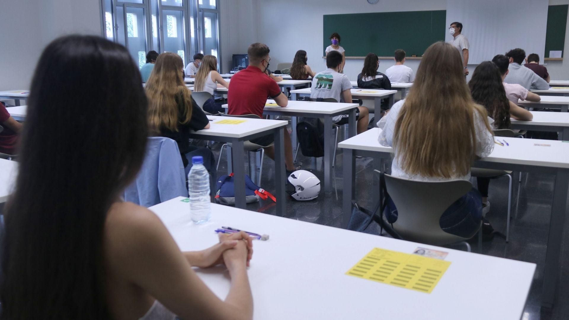 alumnes fent examen selectivitat en una aula