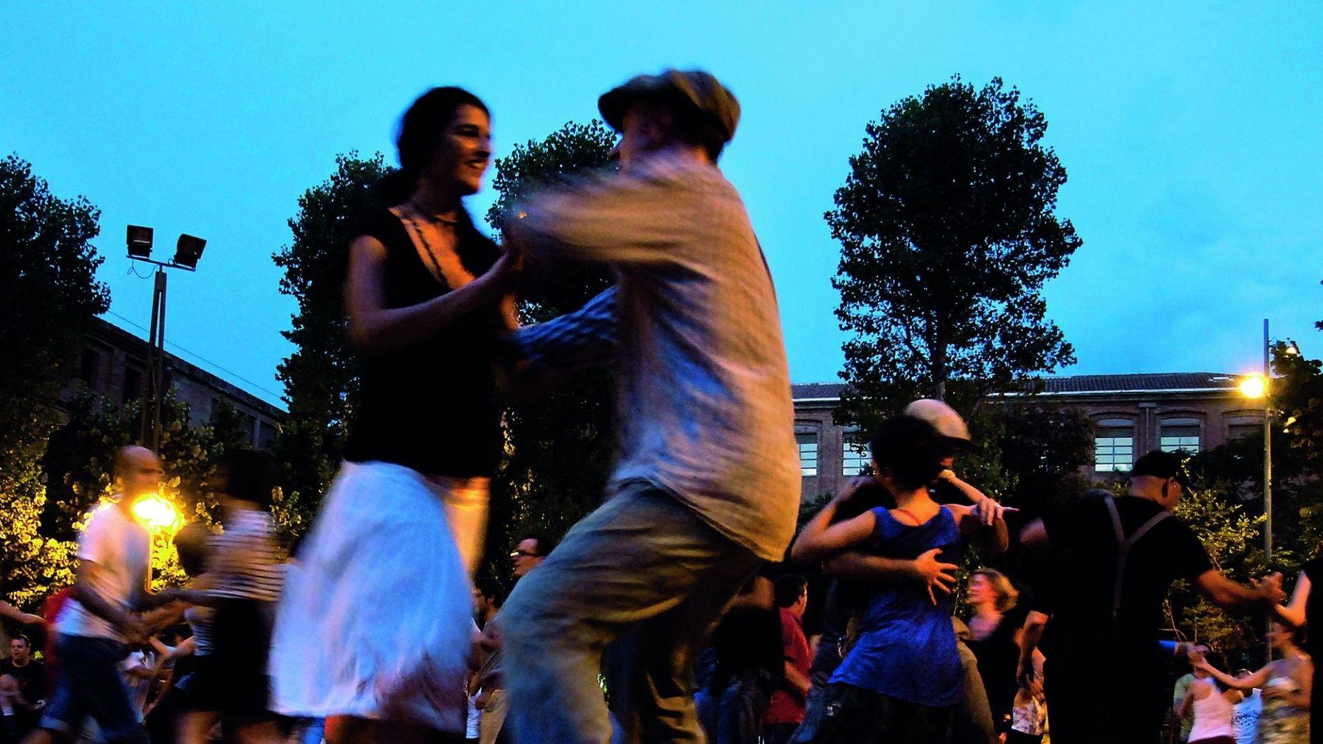 parelles que ballen de nit a la sedeta festa major